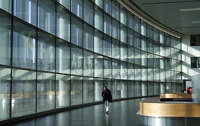 קיר הזכוכית משקיף לרחבת המטוסים  (צילום: יואב גלזנר) (צילום: יואב גלזנר)