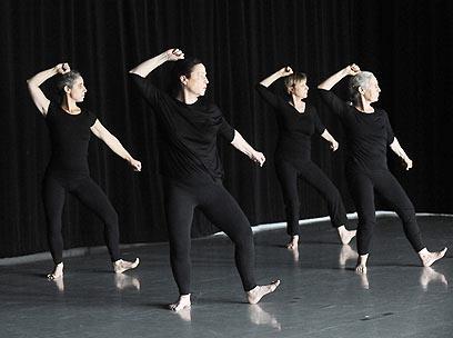 """הקבוצה לריקוד קאמרי. עפ""""י כתב התנועה      (צילום: גדי דגון) (צילום: גדי דגון)"""