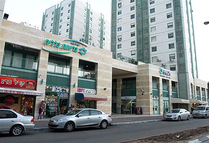 מרכז מסחרי בשכונה (צילום: עופר עמרם) (צילום: עופר עמרם)