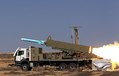 האיראנים מתרגלים מלחמה. גם אבי תוכנית הטילים חוסל (צילום: MCT)