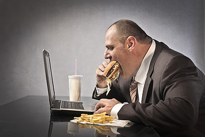 מהירות האכילה ואיכות הלעיסה משפיעות על התסמינים (צילום: shutterstock) (צילום: shutterstock)