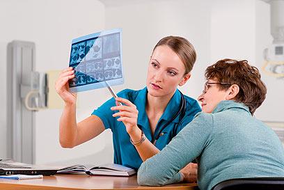 ליווי צמוד הכולל מערך רופאים ואנשי מקצוע לחולים אונקולוגים (צילום: shutterstock) (צילום: shutterstock)