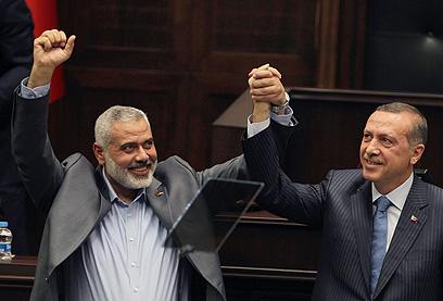 """עם ראש ממשלת חמאס, איסמעיל הנייה. """"אהיה מעורב בכל נושא"""" (צילום: AP) (צילום: AP)"""