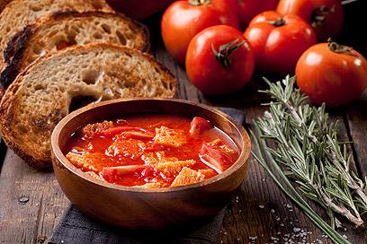 מרק עגבניות ולחם איטלקי  (צילום: בועז לביא )