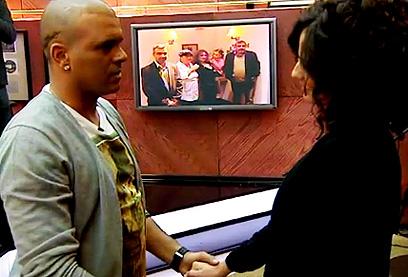 """""""אייל גולן קורא לך"""". מנחה עם חום ורגישות (צילום: ערוץ 2) (צילום: ערוץ 2)"""