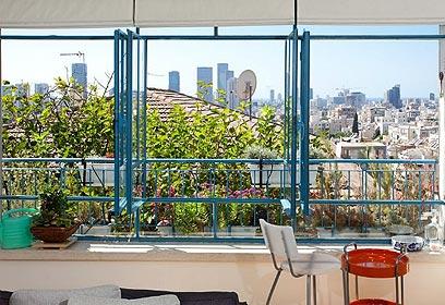 מהחלון נשקפת לה כל העיר תל אביב  (צילום: שי אפשטיין) (צילום: שי אפשטיין)