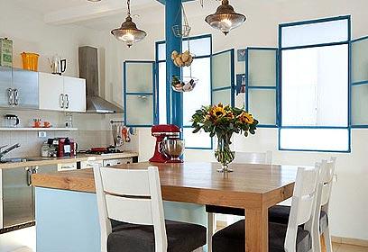 בלב המטבח ניצב אי שמשלב פינת ישיבה ובר  (צילום: שי אפשטיין) (צילום: שי אפשטיין)