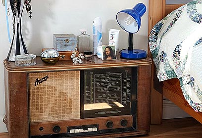 רדיו ישן שהוא שידת לילה  (צילום: שי אפשטיין) (צילום: שי אפשטיין)