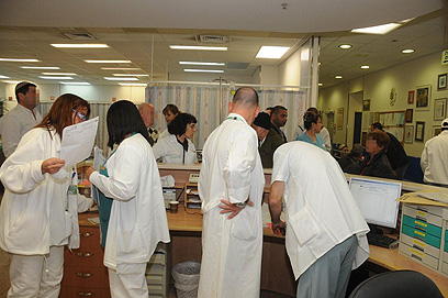 הרופאים בסורוקה. במי לטפל קודם? (צילום: הרצל יוסף) (צילום: הרצל יוסף)