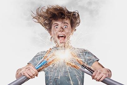 שימו לב לנורה מהבהבת או לריח שרוף משקע החשמל (צילום: shutterstock)