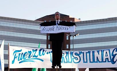 """בעלה והנשיא הקודם, נסטור קישנר: """"החזיקי מעמד, שחרחורת"""" (צילום: רויטרס) (צילום: רויטרס)"""