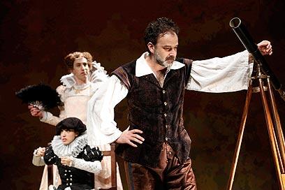 """מתוך ההצגה """"גלילאו"""" בתיאטרון באר שבע        (צילום: אייל לנדסמן) (צילום: אייל לנדסמן)"""