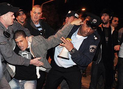 מאבקים בין שוטרים למפגינים בשכונת התקווה (צילום: ירון ברנר) (צילום: ירון ברנר)