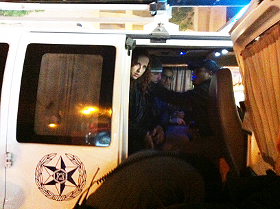 סתיו שפיר ברכב משטרתי בשכונת התקווה (צילום: ענת צחור) (צילום: ענת צחור)