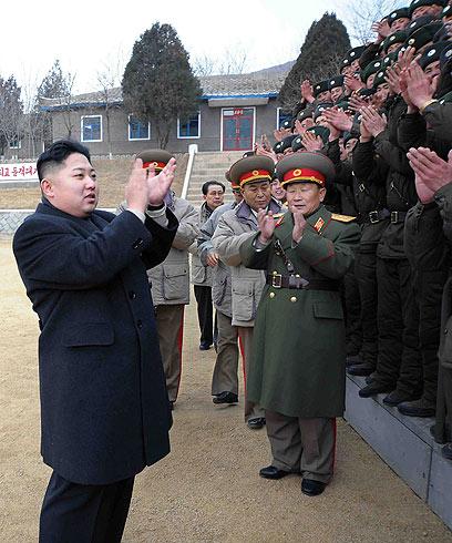 ממשיך בדרך אביו. קים ג'ונג און במפגש עם חיילים (צילום: AP) (צילום: AP)