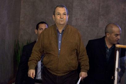 שר הביטחון ברק בבואו לישיבת הממשלה, היום (צילום: AFP) (צילום: AFP)