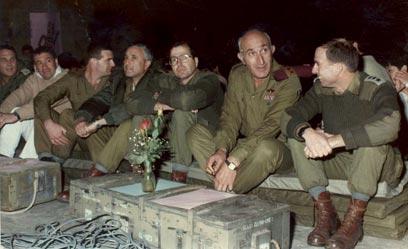 """יעלון ב-1987(שלישי מימין), לצד הרמטכ""""ל משה לוי ואמנון ליפקין שחק"""