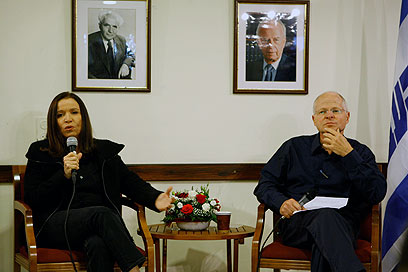 """יחימוביץ' ושליט, היום. """"עדיין לא פוליטיקאי"""" (צילום: נמרוד גליקמן)"""