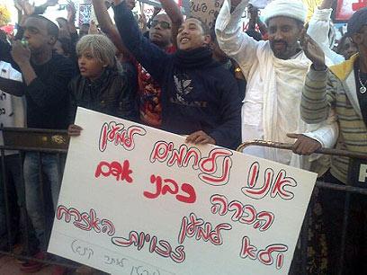 """המחאה בכיכר העירייה. """"להיות אתיופי זה להיות חלש ומנודה"""" (צילום: רועי עידן) (צילום: רועי עידן)"""