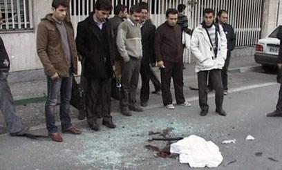 אזרחים איראנים בזירת החיסול, הבוקר בטהרן (צילום: AFP/HO/AL-ALAM TV) (צילום: AFP/HO/AL-ALAM TV)