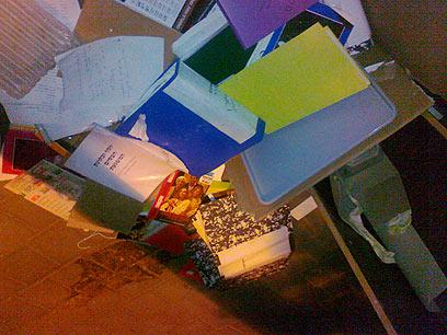 ערימות המסמכים של הבימה. על המדרכה, לעיני כל (צילום: עמית קוטלר) (צילום: עמית קוטלר)