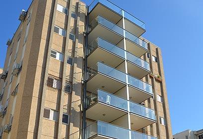 הבניין אחרי הוספת המרפסות ()