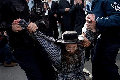 מעצר בכיכר השבת (צילום: אוהד צויגנברג)