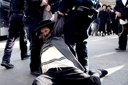 """הפגנה במאה שערים אחרי חשיפת פרשת """"זהב לבן"""" (צילום: אוהד צויגנברג) (צילום: אוהד צויגנברג)"""