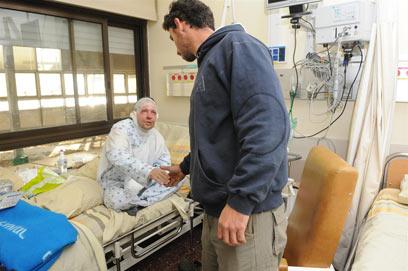 אריאל טל בבית החולים. כוויות על 15 אחוז מהגוף (צילום: ירון ברנר)