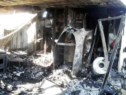 """הקרוואן השרוף בנריה. """"אובדן הציוד? הבל הבלים"""" (צילום: אהרון מלטר, סוכנות תצפית)"""