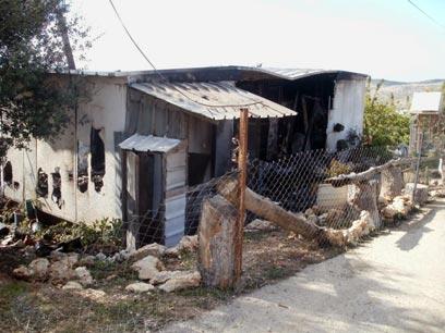 לאחר השריפה. השכנים דואגים לקרוואן חלופי (צילום: אהרון מלטר, סוכנות תצפית)