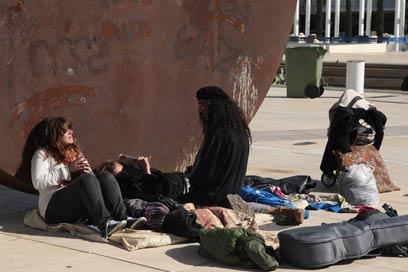 מתמקמים בכיכר הבימה (צילום: מוטי קמחי) (צילום: מוטי קמחי)
