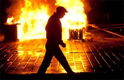 תבערה ברחובות בוקרשט, אמש (צילום: EPA) (צילום: EPA)