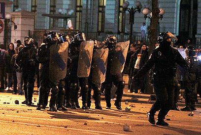 שוטרים נערכים מול מפגינים, אתמול בבירת רומניה (צילום: רויטרס) (צילום: רויטרס)