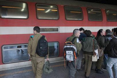 חיילים ברכבת? לא בבוקר יום א' (צילום: מוטי קמחי) (צילום: מוטי קמחי)
