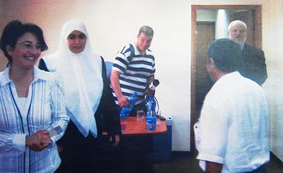 זועבי (משמאל) עם דוויק (בכניסה לחדר) בתמונה שפורסמה אתמול ב-ynet ()