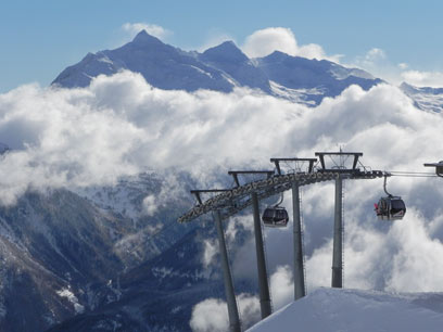 הסקי-ליפט עולים ויורדים בנוף המושלג. האלפים מעל זולדן  (צילום: זיו ריינשטיין)