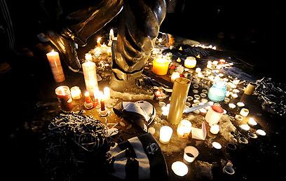 הנרות למרגלות פסל הברונזה של פטרנו מחוץ לאצטדיון המכללה (צילום: MCT) (צילום: MCT)