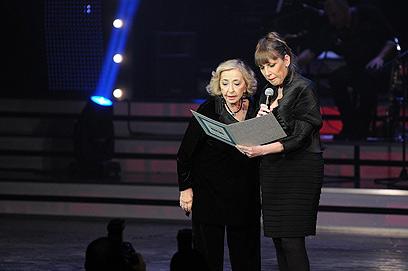 שרת התרבות לימור לבנת מעניקה תעודת הוקרה לשחקנית ליא קניג        (צילום: ירון ברנר) (צילום: ירון ברנר)