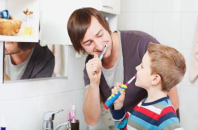 צחצחו שיניים ביחד עם הילדים (צילום: shutterstock) (צילום: shutterstock)