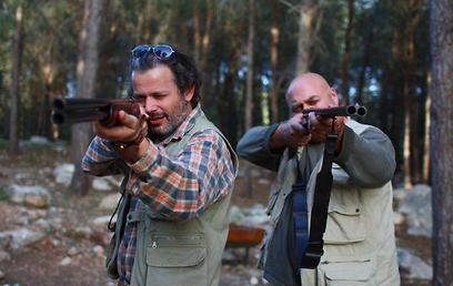 """דביר בנדק ורמי הויברגר בסרט הקצר """"להרוג דבורה"""" (מתוך הסרט) (מתוך הסרט)"""