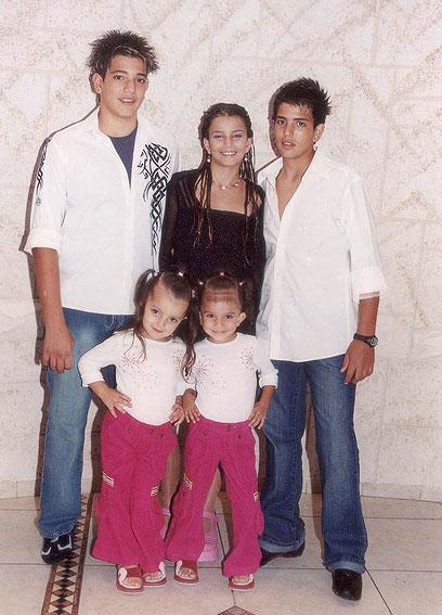 שני חזן עם שני האחים ושתי האחיות. משפחה מגוונת