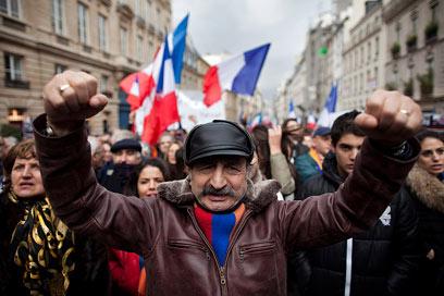 החוק נגד הכחשה לא עבר. מחאה ארמנית בפריז (צילום: EPA) (צילום: EPA)