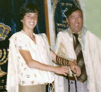 הלל לזרוב עם סביו בבית הכנסת    ()