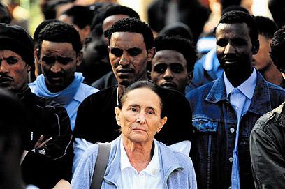 יעל דיין במסגרת פעילותה למען זרים (צילום: יובל חן)