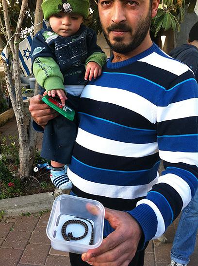 עימאד ואביו ביחד עם הנחש הנגוס (צילום: מאור בוכניק) (צילום: מאור בוכניק)