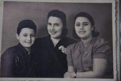 """יורם לצד אחותו ואמם. """"נראתה מטופחת בכל מצב"""" (צילום: בן קלמר) (צילום: בן קלמר)"""