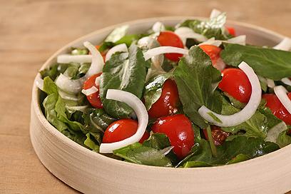 סלט עלי חרחבינה מכחילה ועגבניות שרי  (צילום: אסף רונן ) (צילום: אסף רונן )