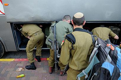 במקום רכבת, החיילים עברו לאוטובוס - ולטרמפים? (צילום: ירון ברנר) (צילום: ירון ברנר)