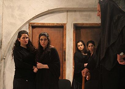 שחקן גבר מעצים את כל מה שברנרדה אלבה מייצגת (צילום: איילה גזית) (צילום: איילה גזית)